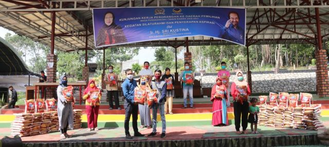 Sri Kustina Gulirkan Paket Sembako untuk Warga Talang Ubi