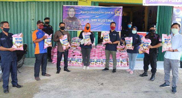 Anggota DPR RI Hj Sri Kustina Salurkan Sembako Untuk Para Kader NasDem di PALI