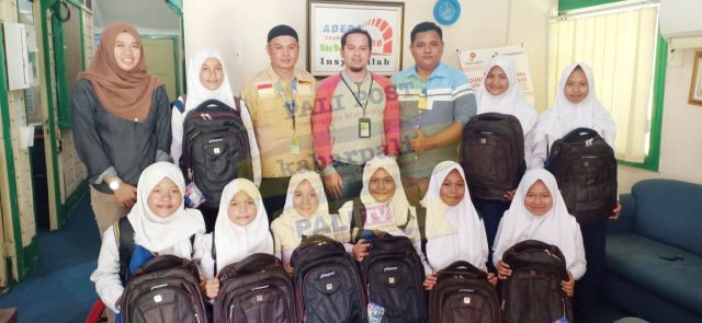 Apresiasi Pelajar Berprestasi, Adera Field Bantu Perlengkapan Sekolah